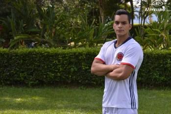 hombre con camiseta de futbol