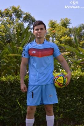 hombre con uniforme de futbol y balon