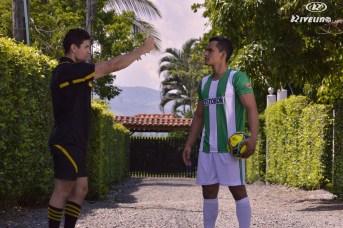 dos hombres con uniformes de futbol