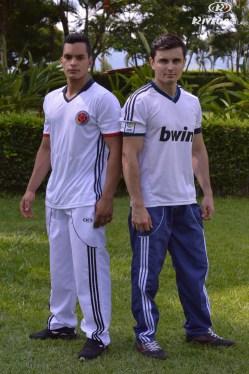 dos hombres con sudadera y camisetas deportivas