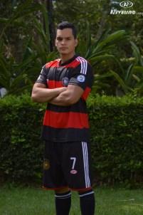 hombre con uniforme personalizado de futbol