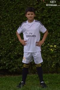 niño con uniforme personalizado
